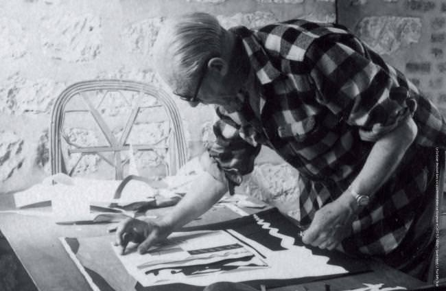 Le Corbusier dessinant dans son appartement-atelier rue Nungesser et Coli © FLC-ADAGP / Lucien Hervé / J. Paul Getty Trust